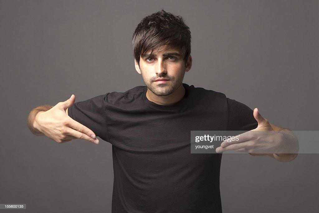 Beau jeune homme pointant à vide Noir Polo : Photo