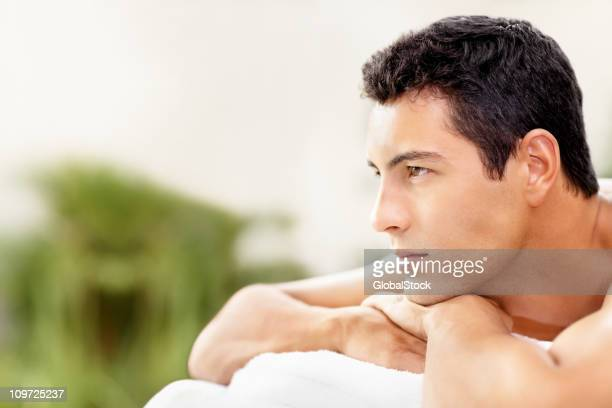 Gut aussehender junger Mann entspannen Sie im Außen-spa