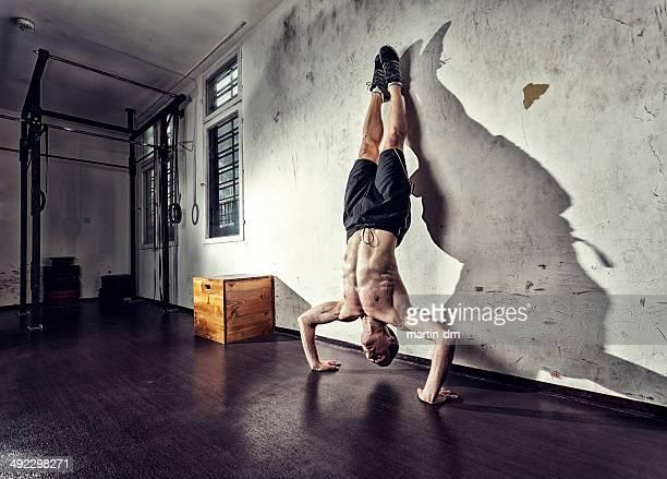 Handstanding im Fitnessraum