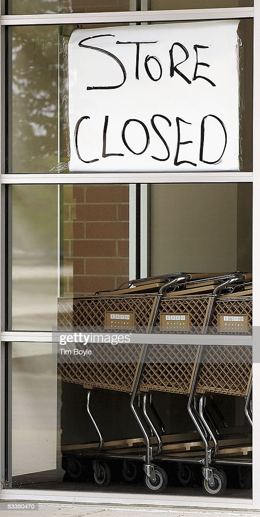 A hand-written 'Store Closed' sign is seen in the window above shopping carts at a closed Expo Design Center store August 10, 2005 in Schaumburg, Illinois. Home Depot has said it plans to close a third of its Expo Design Centers in the US, closing three of its five stores in the Chicago area.