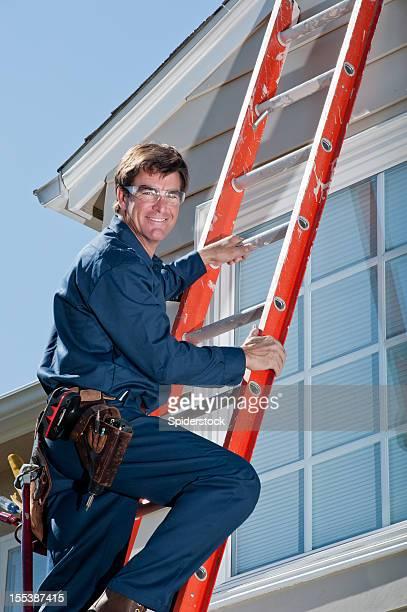 Mann für In Uniform Klettern Leiter