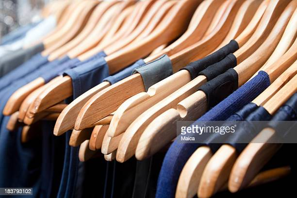 Cintres, robes bleu