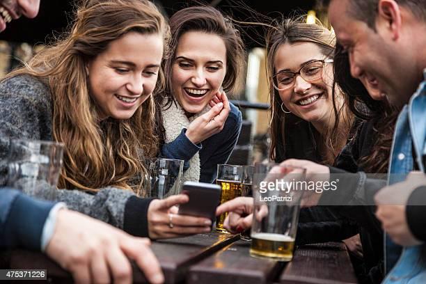 Hängen Sie ein frisches Bier in einem Londoner Pub