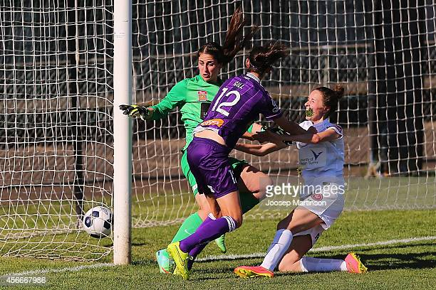 Hannah Beard of the Wanderers scores a goal during the round four WLeague match between Western Sydney and Perth Glory at Marconi Stadium on October...