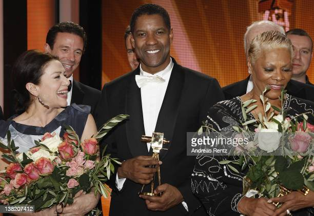 Hannelore Elsner Oliver Berben Denzel Washington and Dionne Warwick pose for a final picture at the 47th Golden Camera at the Axel Springer Haus on...