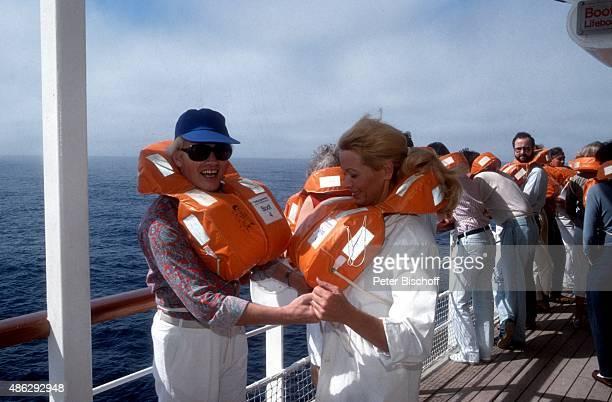 'Hannelore Kramm Ehemann Heino SeenotRettungsübung bei SüdamerikaKreuzfahrt auf MS ''Europa'' am vor Montevideo Argentinien '