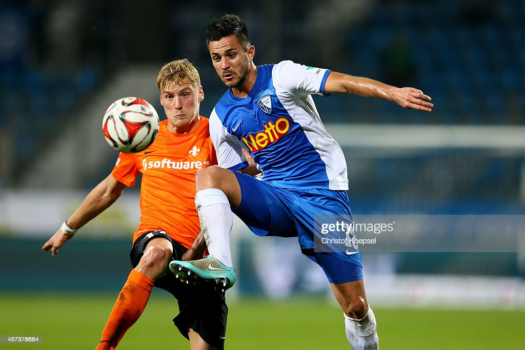 Hanno Behrens of Darmstadt 98 challenges Danny Latza of Bochum during the Second Bundesliga match between VfL Bochum and Darmstadt 98 at Rewirpower...
