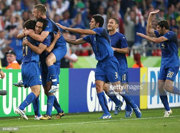 FIFA WM 2006 Gruppe E Italien Ghana 20 Hannover Jubel bei den italienischen Spielern über den Sieg vl Andrea Pirlo Alessandro Nesta Daniele de Rossi...