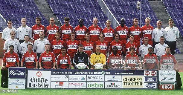 2 BUNDESLIGA 01/02 Hannover TEAM/HANNOVER 96 hinten vl PHYSIOTHERAPEUT Paul GERST PHYSIOTHERAPEUT Stefan HERZOG Holger BALLWANZ Marco ROSE Fahed...
