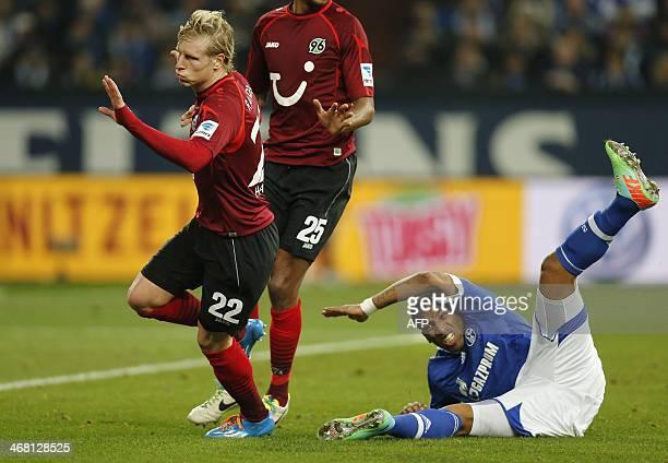 Hanover's Czech midfielder Frantisek Rajtoral vies for the ball with Schalke's Peruvian striker Jefferson Farfan during the German first division...
