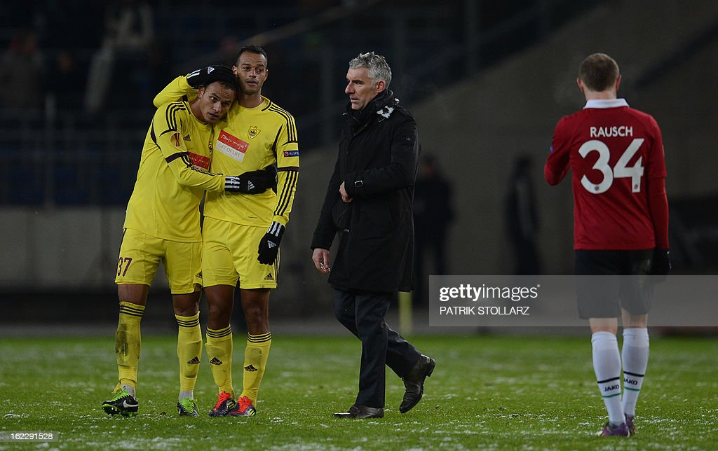 Hanover's head coach Mirko Slomka (C) leaves the pitch after the UEFA Europa League Round of 32 football match Hannover 96 vs FC Anzhi Makhachkala in Hanover, northern Germany on February 21, 2013. The match ended 1-1. AFP PHOTO / PATRIK STOLLARZ