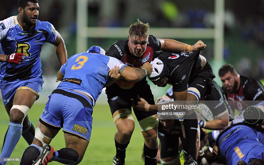 Hanro Liebenberg from the Bulls (C) pushes forward during the Super Rugby match between Australias Western Force and South Africas Bulls in Perth on April 29, 2016. AFP PHOTO / GREG WOOD--IMAGE RESTRICTED TO EDITORIAL USE NO COMMERCIAL USE-- / AFP / Greg Wood