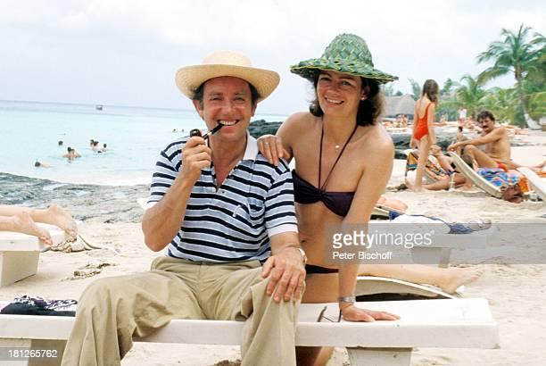 Hans Clarin Ehefrau Margarete Clarin am Rande der Dreharbeiten zur ZDFReihe 'Traumschiff' Folge 6 'Karibik' Mexico/Mittelamerika Pfeife rauchen...