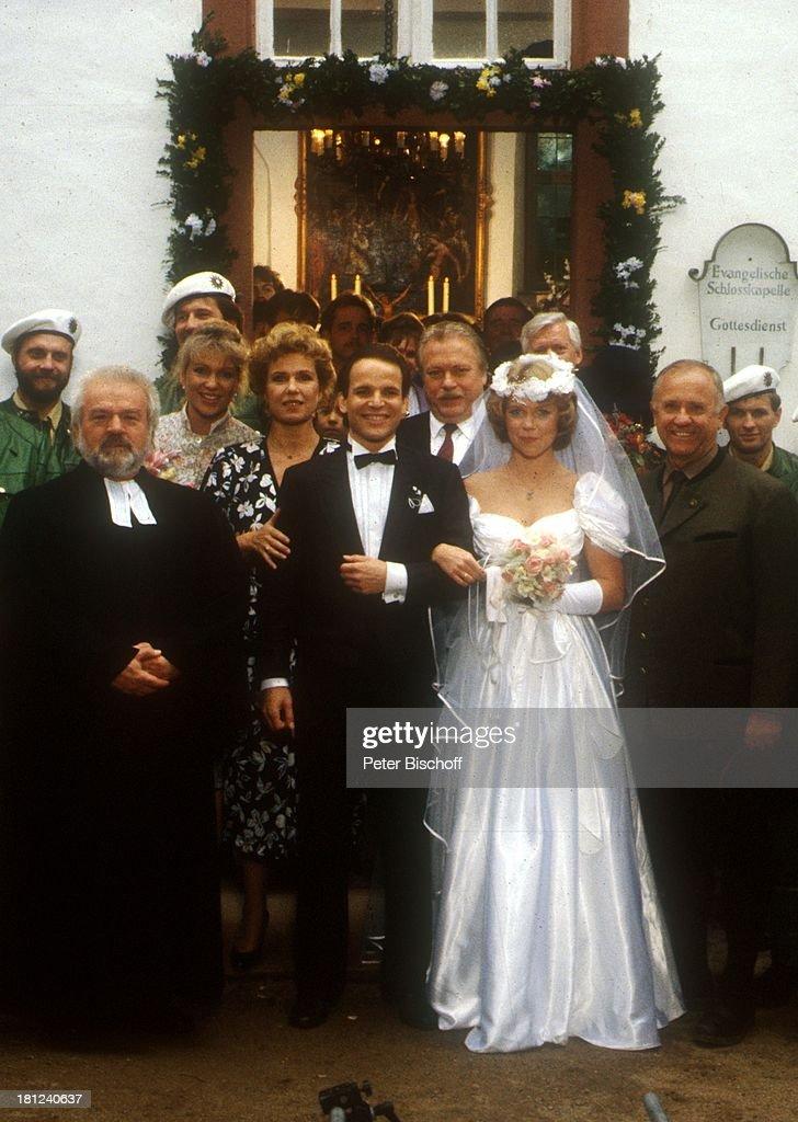 ... Hochzeitskleid, Schleier, Brautkleid, Braut, Bräutigam, Pfarrer