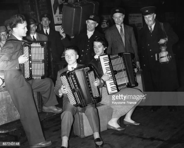 Hans Joachin Wernecke Kurt Heusser et Marianne Probst jouent devant des porteurs dès leur arrivée à Brighton avant de participer le lendemain au...