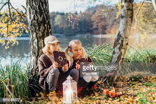 Hansel and Gretel, Boy and girl sitting in forest, eating gingerbread