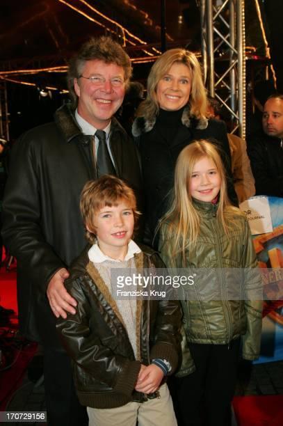 HansJoachim Flebbe Ehefrau Rita Und Kinder Tom Und Farina Bei Der Premiere Von 'The Polar Express' Im Cinemaxx Kino In Hamburg