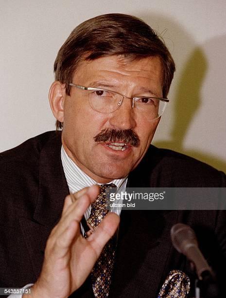 HansJoachim Körber Vorstandsvorsitzender des Handelsunternehmens Metro AG Körber spricht in ein Mikrofon und hat die Hand gestikulierend erhoben