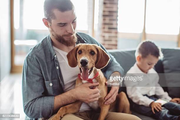 Glückliche ist die zu Hause mit Ihrem Hund