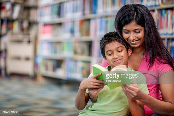 Heureux lire un livre ensemble