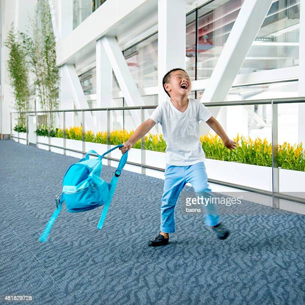 Heureux petit garçon avec son sac à dos
