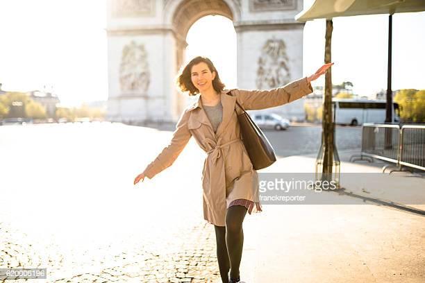 Bonheur français femme appréciant Paris