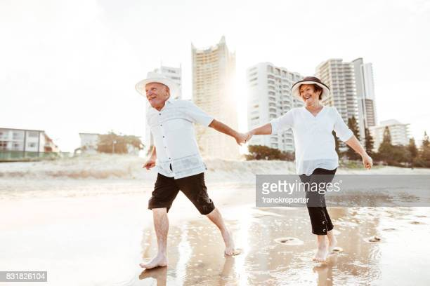couple de personnes âgées de bonheur marcher ensemble sur la plage