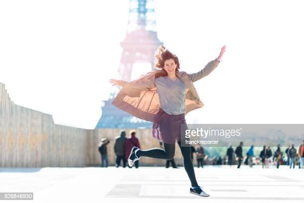 Bonheur femme sauter contre la tour Eiffel