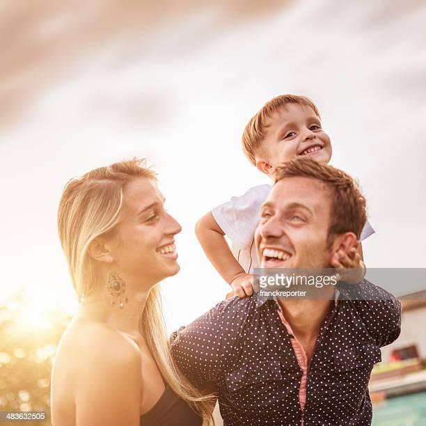 Felicità giovane padre con suo figlio Divertirsi