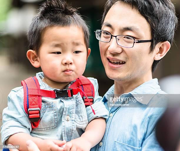 幸せな若い父親、息子の楽しいひととき
