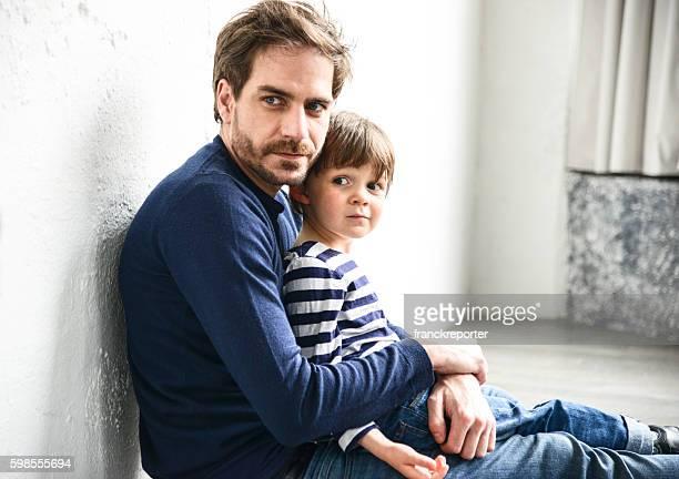 Heureux jeune père avec son fils s'amuser