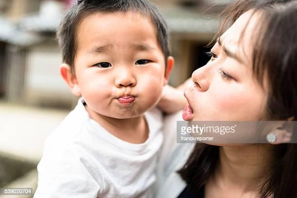 幸せな若い母親と息子の楽しいひととき