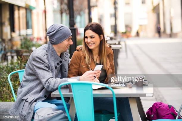 Heureux couple adulte dans café