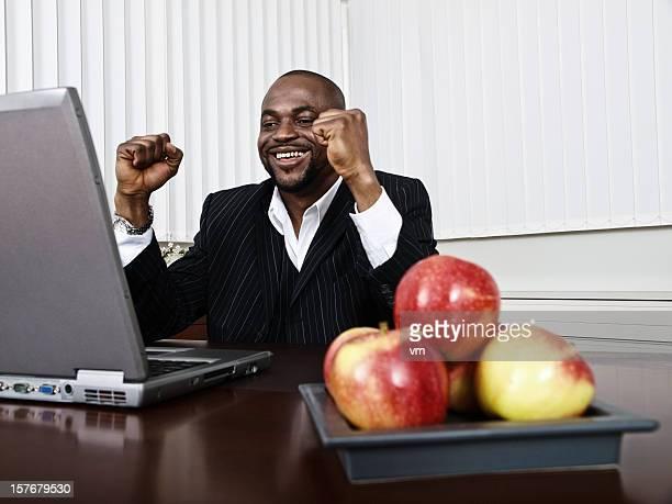 Uomo d'affari americano africano felice Serrare i pugni nel suo ufficio