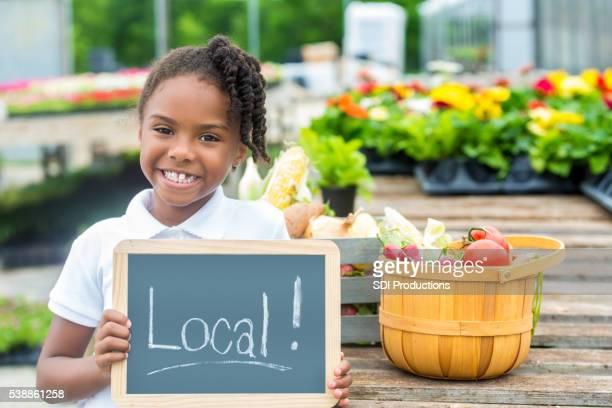 Felice afro-americana con cartello locali