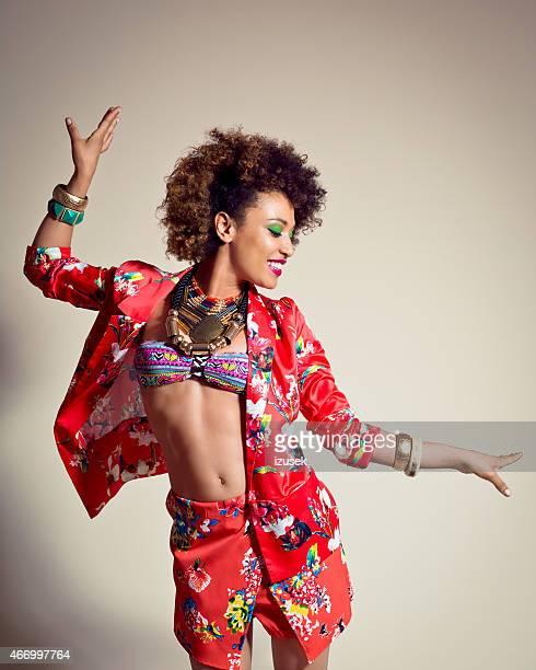 Heureuse jeune femme Afro-américaine
