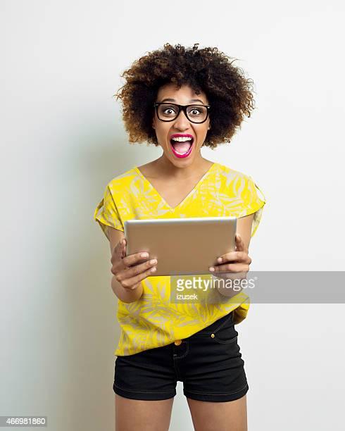 若い幸せなアフロデジタルタブレットを使用して