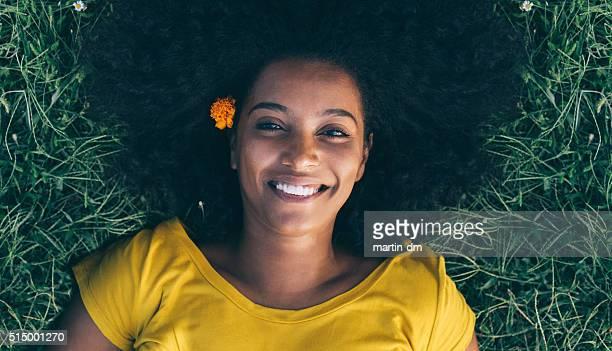 Heureuse femme américaine dans l'herbe