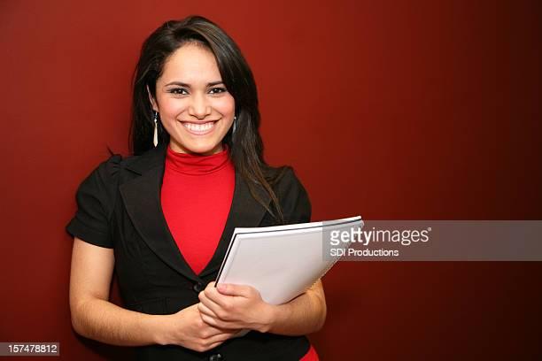 Glücklich und zufrieden Hispanic Büroberuf auf dunkel Rot Kulisse