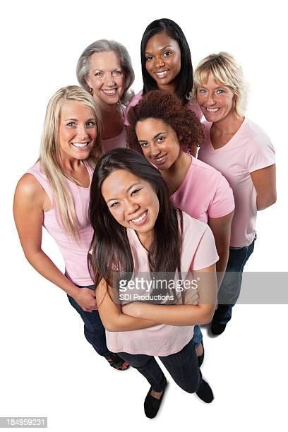 Felice e variegato gruppo di donne in rosa