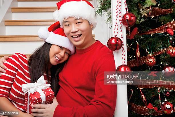 Ritratto di coppia felice asiatico Natale su scala