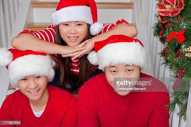 Ritratto di felice amici asiatici Natale su scala