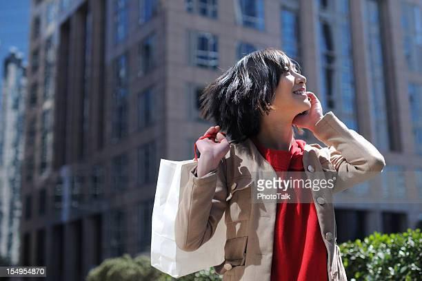 Felice ragazza asiatica comunicazioni: XLarge