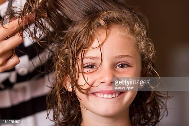 Heureux dans le salon de coiffure