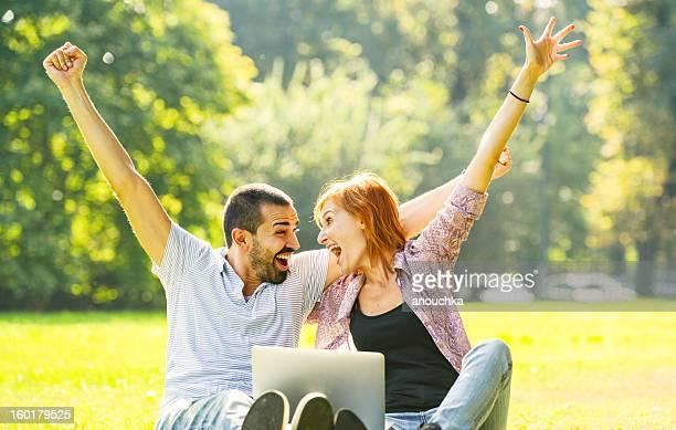 Glückliche schöne paar Spaß im Freien