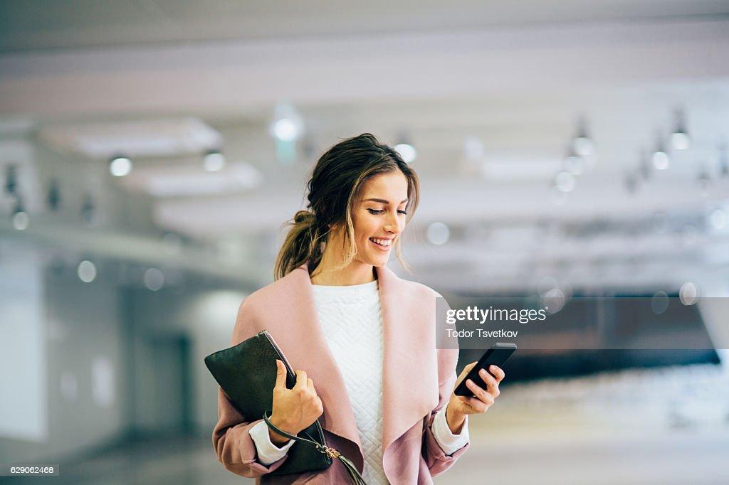 Happy beautiful woman texting : Stock-Foto
