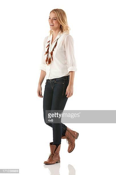 Felice bella donna a piedi
