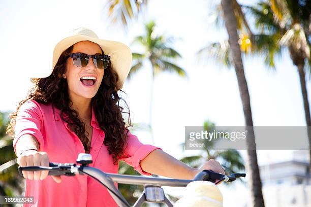 Femme heureuse vélo