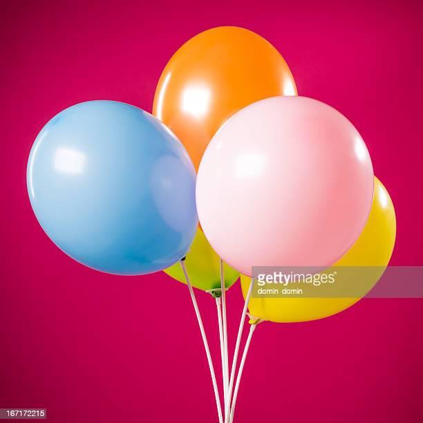 Buon compleanno, cinque parti palloncini multicolore isolato su magenta