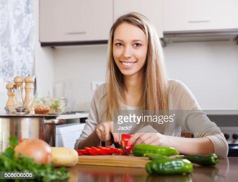 Feliz mujer rubia recorte pimienta : Foto de stock
